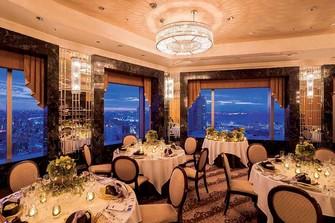 まるでマンハッタンの夜景のような絶景が自慢のホテル最上階のパーティールーム。