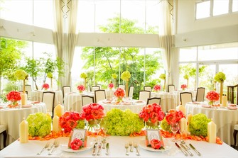 美しい緑と自然光がたっぷり差し込む、天井高9mの開放的なパーティー会場。
