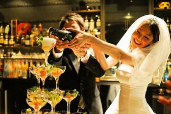 お二人で行うシャンパンタワー。乾杯用のドリンクとしてゲストの皆様にお配りします。
