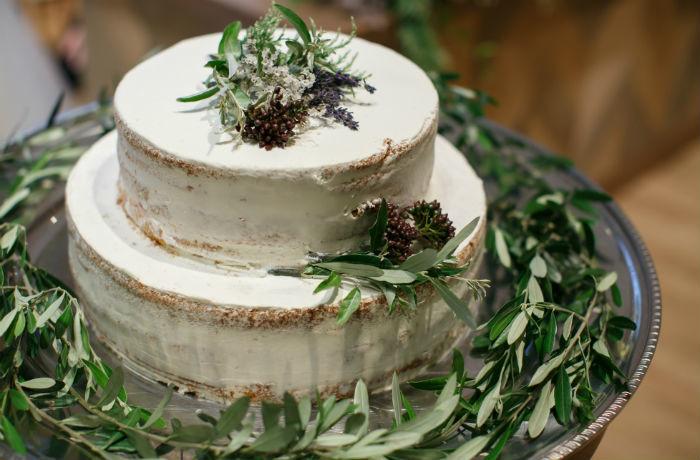 シンプルなオリジナルウェディング ケーキも