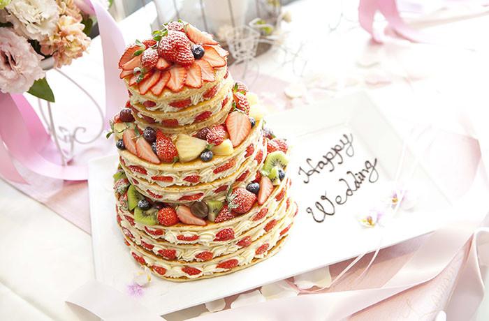 サイドからフルーツとクリームがきれいに見える、ウエディングパンケーキ