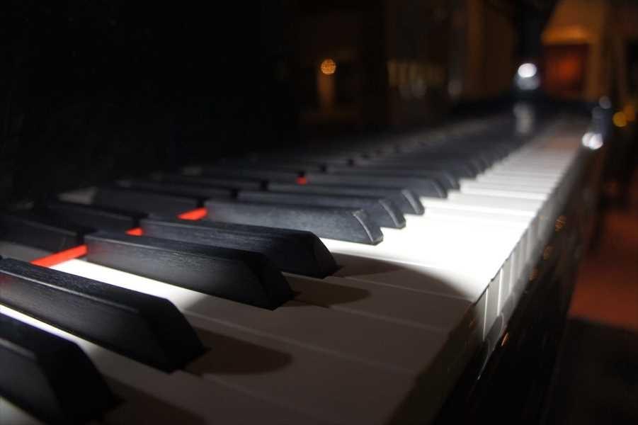 楽器はピアノ、ドラムセットはレンタル可能。