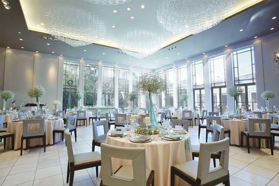 大きな窓から注ぐ自然光が上品な輝きを放ち天井高4mもある広さでゆっくりと楽しめる