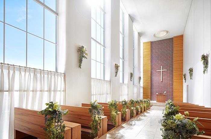 天井高10mの解放感溢れるチャペル。自然光がふり注ぎ花嫁様をより一層輝かせます