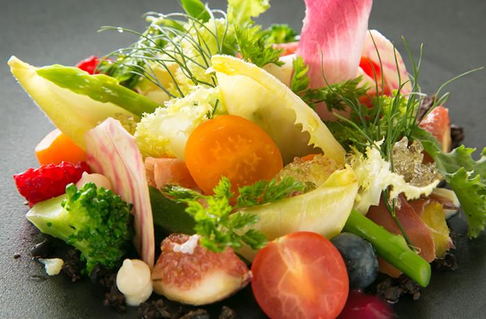 旬の豊富な野菜やフルーツを使い、季節ごとのメニューでゲストをおもてなし。