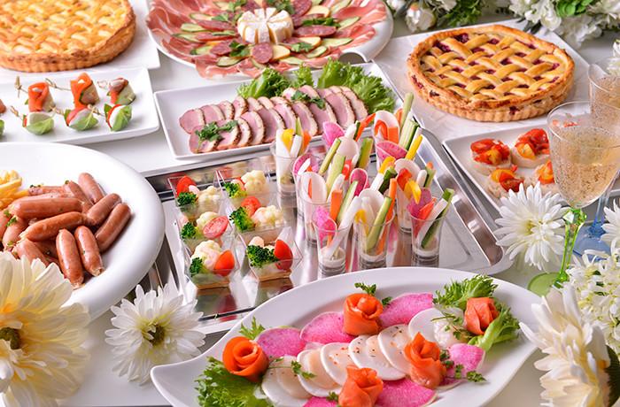 お食事はビュッフェスタイルでご提供します。