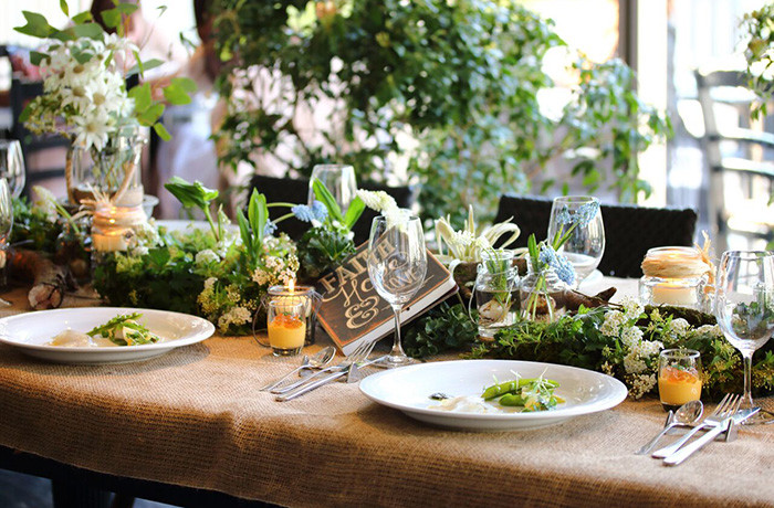 緑やお花を使用したナチュラルなテーブルコーディネート