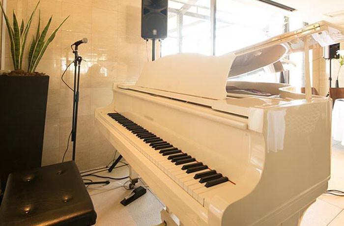 ピアノやスクリーンなどを使用したさまざまな演出が可能!