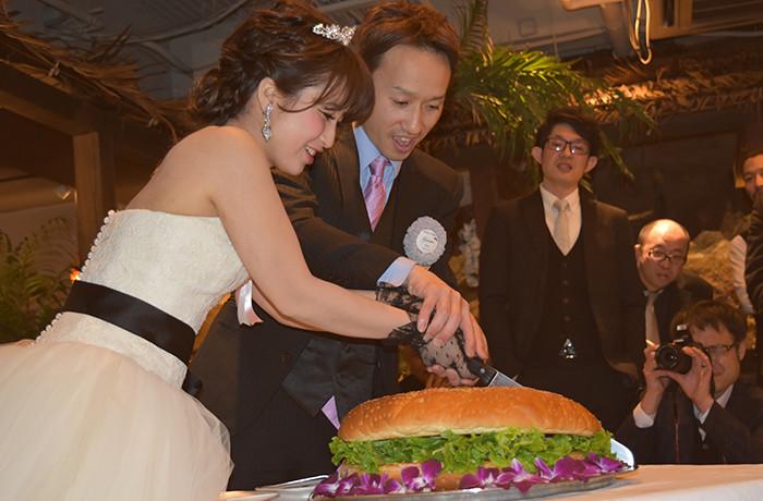 名物の巨大バーガー入刀でゲストのみなさまも大盛り上がり