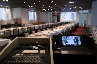 BGMは各種メディア再生可能!廊下やエントランスのスピーカーで会場全体に流せます