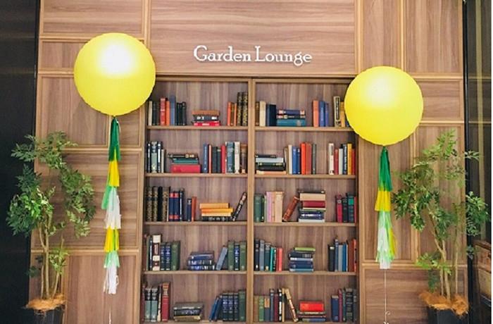 会場入口!どれかの本をタッチすると本棚が自動ドアとして開きます。
