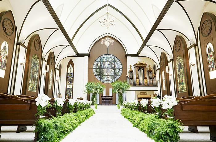 アンティークのステンドグラスが輝く『聖グロリアス教会』