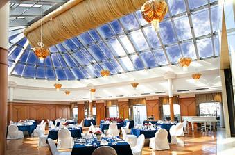 ガラス張りの天井から太陽光が降り注ぐ「スカイバンケットホール」