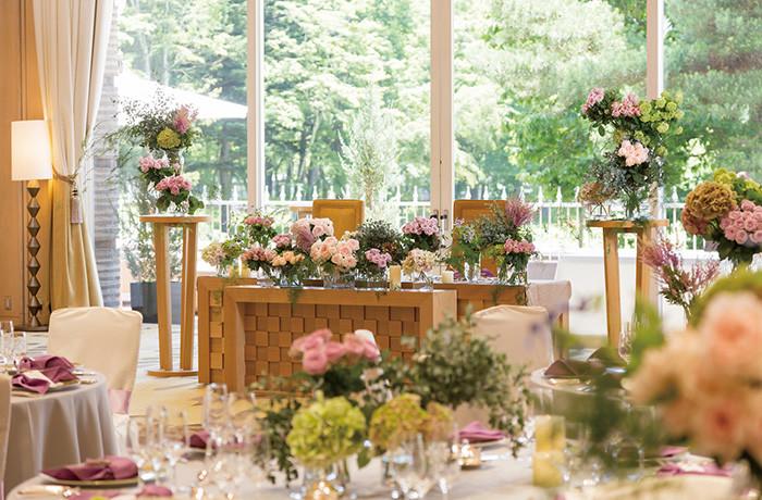 色鮮やかなお花で、会場をお二人らしく装飾