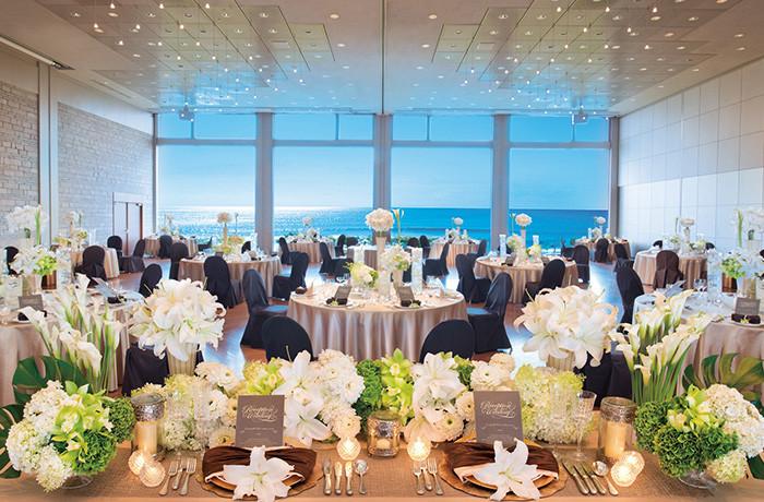 フロアから天井までの大きな窓をフレームに、海岸線と大空が目の前に広がる