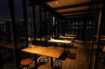 テラス席からは美味しい料理とともに美しい夜景をゲストに楽しんでいただけます。/