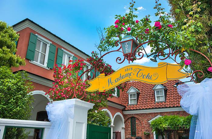 入口の黄色い看板が目印のレストランマダムトキ