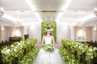 セント・ニコルス教会は100名着席可能。花嫁を美しく魅せるライティング演出も人気/