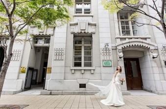 旧居留地に位置する歴史あるビルの3階に位置しています