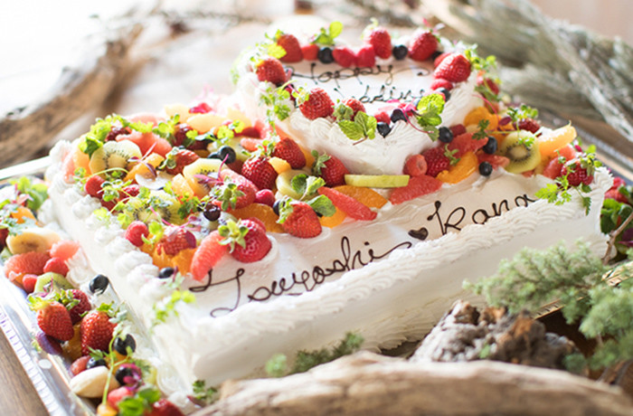 当店パティシエ自慢の果物たっぷりのウエディングケーキと植物の融合!!