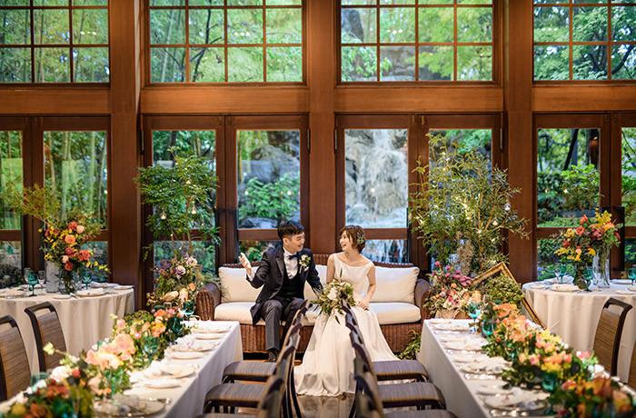天井高7mのパーティー会場内は3面ガラス張りで緑や滝の景色を一望できる