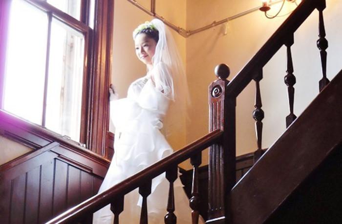 白いドレスが映える、落ち着いた上品な内装