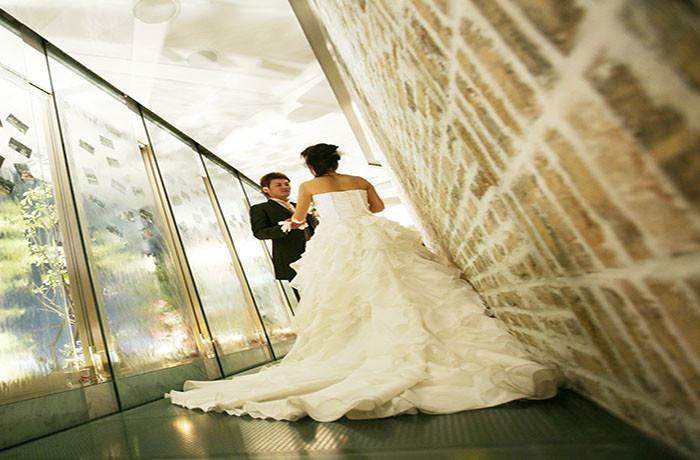 美しいウォーターカーテンに純白のドレスがよく映えます