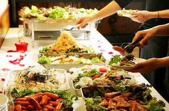 どなたでも食べやすいエスニック料理の数々!ワインにもよく合います/