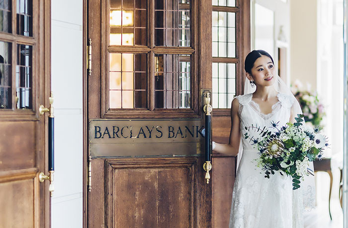 世界的に有名な歴史ある銀行のバンカーズドアでお出迎え