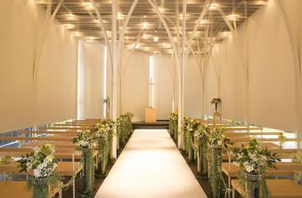 白で統一された堂内には木漏れ日が差し込み、やわらかく温かい空間