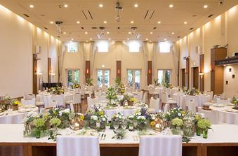 天井高の披露宴会場は、たくさんの窓から自然光が降り注ぐ明るく開放感のある空間
