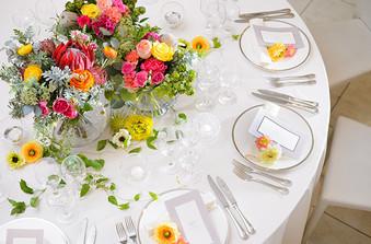 ホワイトコーディネートにカラフルなお花が映える。