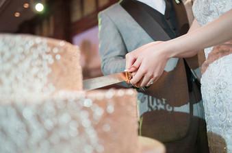 メインイベント!ウェディングケーキ入刀!ケーキもオリジナルが作れる。