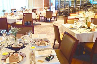 会場内はどんなテイストにも合わせられる、品のある内装やファニチャー