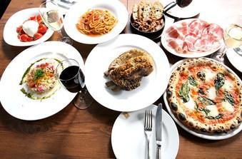 もちもちピッツァやアツアツパスタをゲストと一緒に楽しんで
