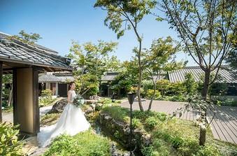 和の庭園でのウエディングフォトは、和装だけでなくドレスの美しさも引き立てます/