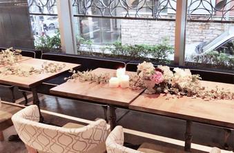 ドライフラワーと生花をバランスよくあしらって、大人カワイイテーブル装花に