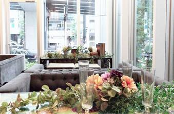 店内は大きなガラス窓から自然光が差し込む明るい空間