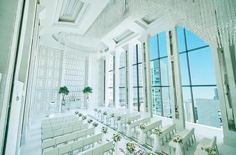 天井高約7m、2フロア吹抜けのチャペルは明るく開放感たっぷり