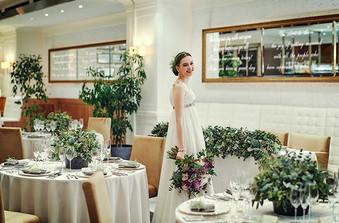 白基調のパーティ会場、お花や装飾でおふたりらしいコーディネートに