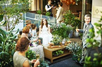 オープンカフェもおふたりの貸切に!緑が似合うナチュラルな空間
