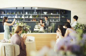 新郎新婦専用のライブキッチンでは、ふたりからゲストへの料理演出も可能