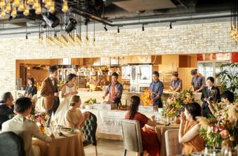 一面のオープンキッチンは五感を刺激する、遊びゴコロあふれる大人の空間