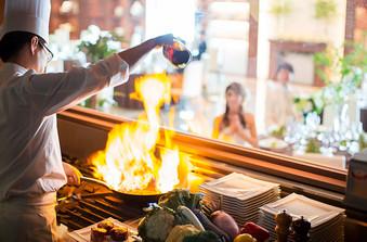 シェフが料理しているライブ感を楽しめるオープンキッチンも併設/