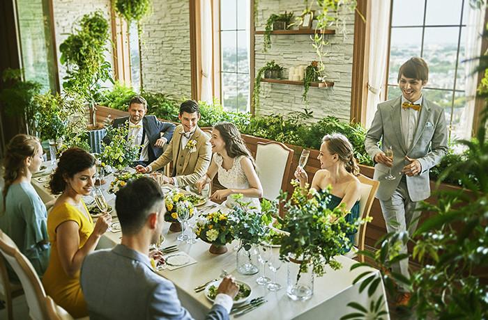 自然光が差し込むリラックスした空間で、ゲストと食事や会話を楽しんで