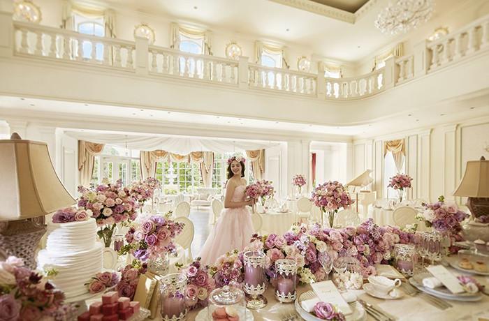 吹き抜けの天井にはクリスタルのシャンデリアが輝く。花嫁が憧れるパーティ会場