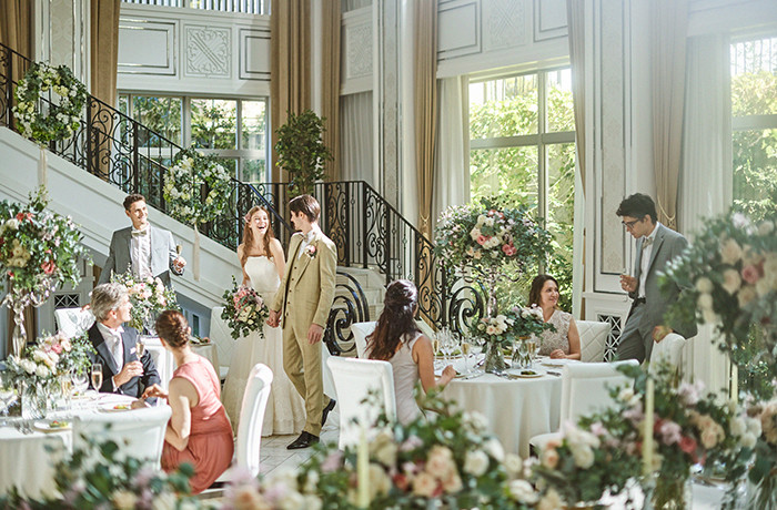 シャンデリアや大階段など花嫁の憧れを詰め込んだパーティ会場
