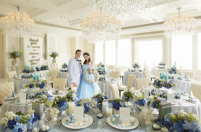 白基調のパーティ会場はパステルブルーのコーディネートで爽やかな印象に