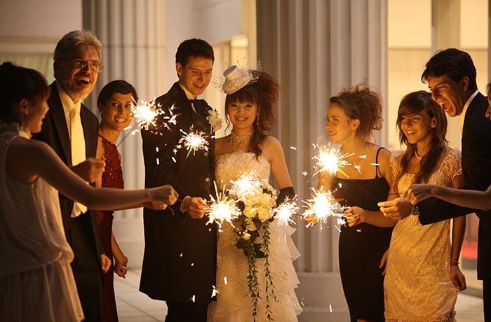 テラスでは花火演出も。ゲストと一緒に過ごしたりサプライズ入場なども人気
