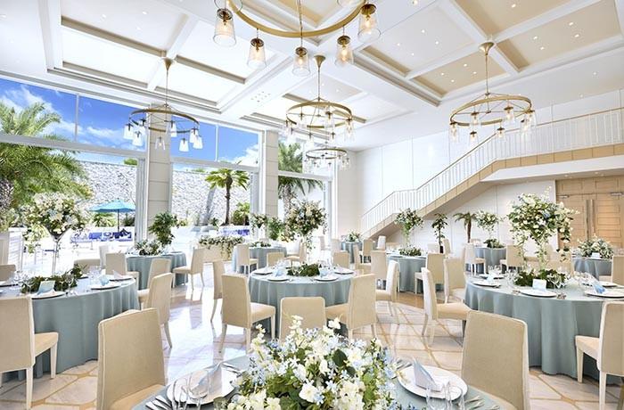 【マリンホワイト】砂浜をイメージした会場は、白を基調としたウェディングスペース